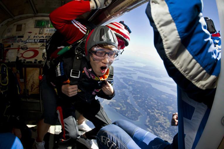 Bomber прыгает с парашютом