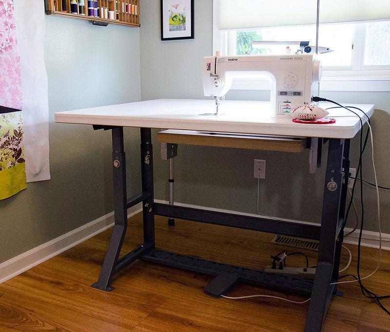 Люди уже давно думают над устройством столов для работы. Но по какой-то причине, совсем не задумываются о компьютерной мебели.
