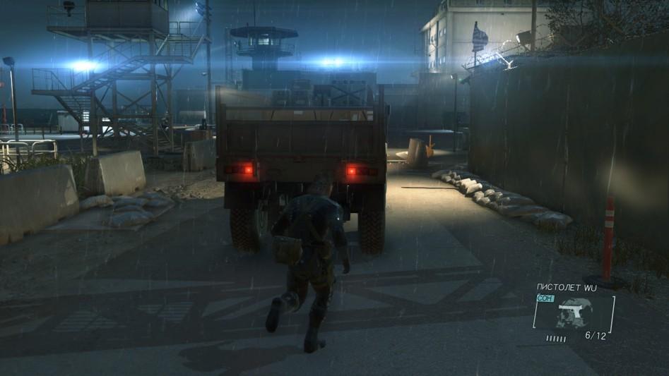 Через охраняемые ворота можно проникнуть как минимум тремя способами. Один из них – в кузове этого грузовика.