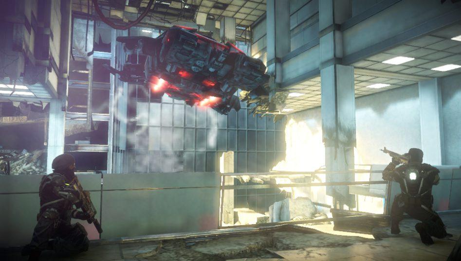 Игрок наблюдает прибытие десантного корабля с балкона